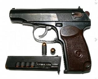 А это убойная сила милиционера – пистолет Макарова